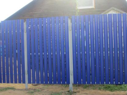 Забор из металлического штакетника синего цвета в г. Правда