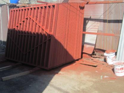 Комбинированный забор из металлического штакетника и секций из профильной трубы в г. Лобня