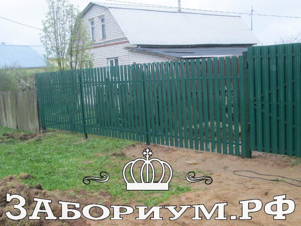 Забор из металлического штакетника и фигурного профнастила в г. Высоковск