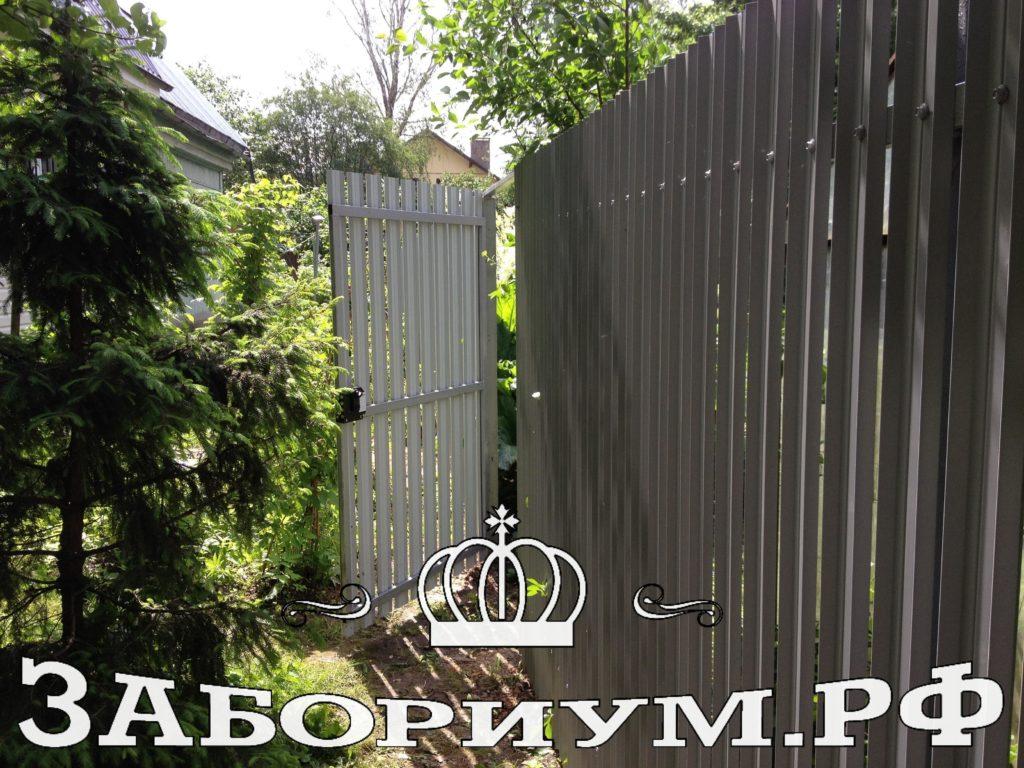 Забор из металлического штакетника серого цвета ( 7004) в г. Балашиха