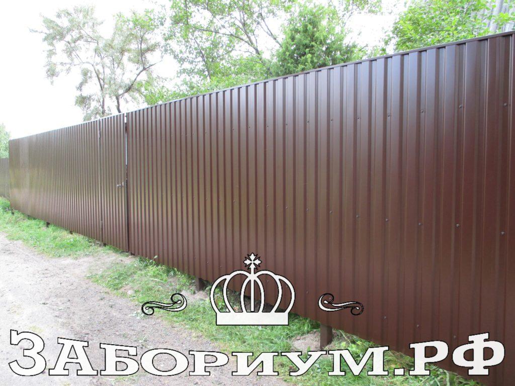 Комбинированный забор из профнастила с откатными воротами обшитые металлическим штакетником в шахматном порядке в г. Пушкино
