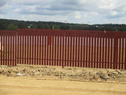 Забор из профнастила и фигурного металлического штакетника цвета 3009 в г. Софрино