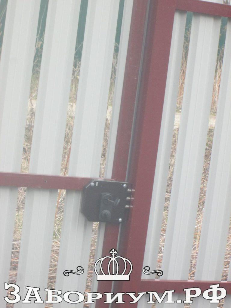 Забор из фигурного штакетника цвет 3005 (вишня) и 5002 (ультрамарин) в г.Коломна