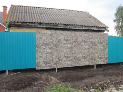 Забор из голубого профнастила (5021) и серый камень (fine stone) в г. Воскресенск.