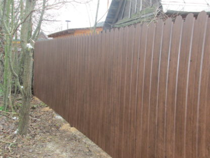 Забор из фигурного профнастила цвет «античный дуб» в г. Подольск