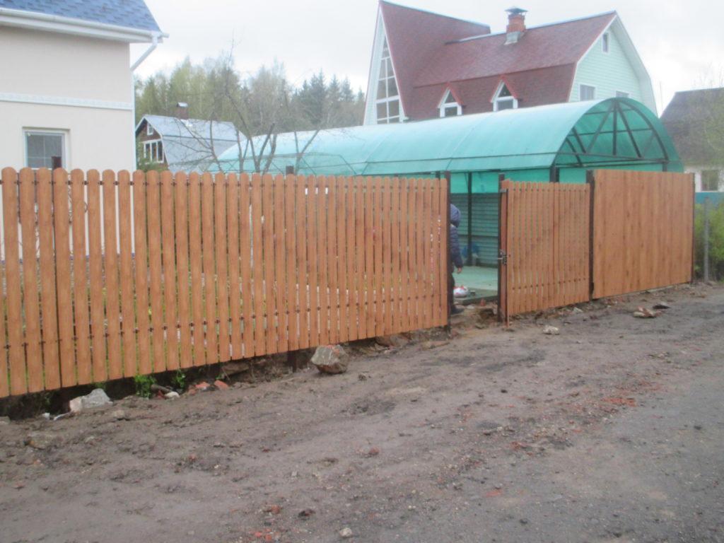 Забор из евроштакетника под дерево в г. Видное