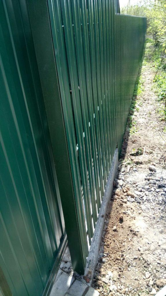 Забор из металлического штакетника с откатными (сдвижными) воротами в г. Лобня