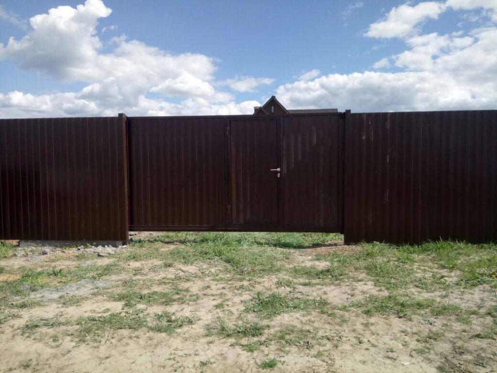 Забор из профнастила с откатными (сдвижными) воротами в г. Чехов