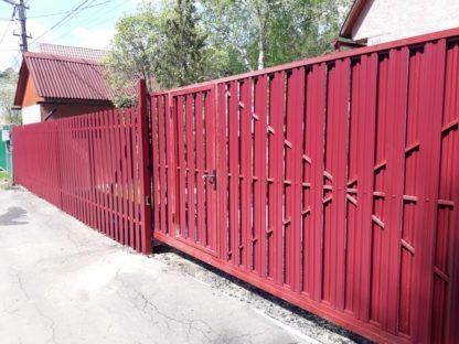 Фасад забора из металлического штакетника с откатными воротами в г. Ступино