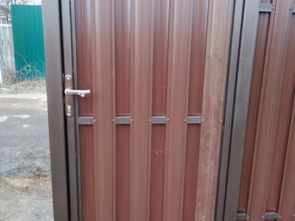Автоматические откатные ворота с калиткой в раме из металлического штакетника