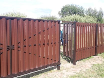 Забор из п-образного штакетника (шахматка) с откатными воротами в г. Бронницы